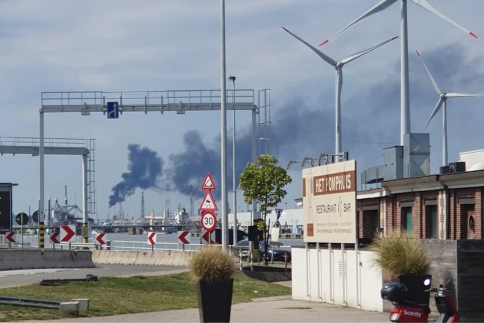 Restproducten uit (petro)chemische bedrijven worden in hoge torens verbrand en creëren een ferme rookpluim.