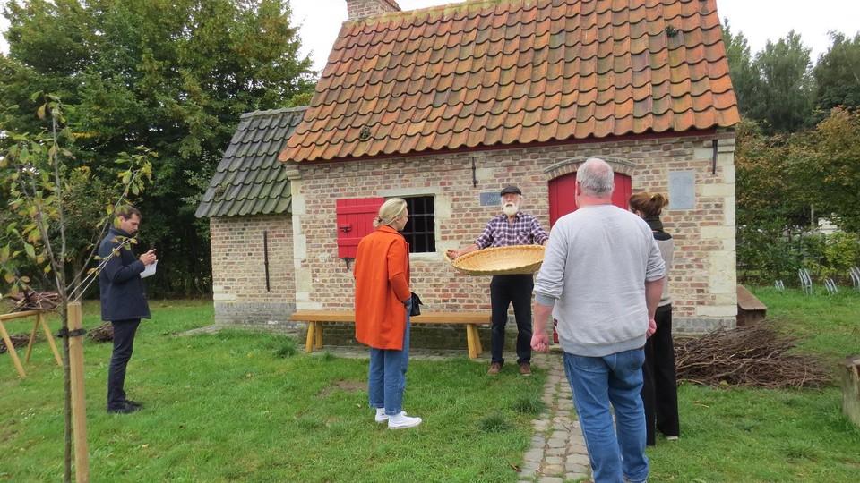 Luc Verachtert geeft uitleg aan het bakhuis van De Brakken.