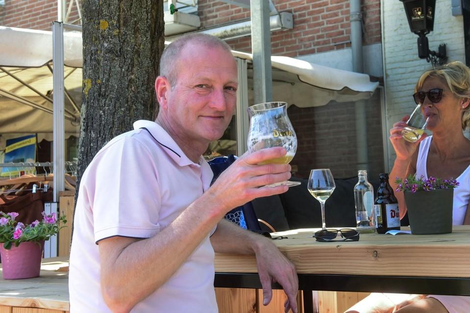 Dirk en zijn vrouw Annemie maakten de oversteek vanuit België om een terrasje te kunnen doen net over de grens.