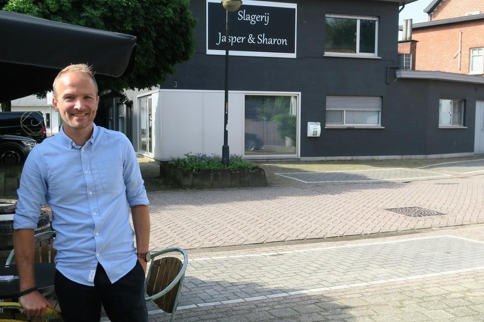 Kristof Van Deun voor de leegstaande slagerij waarin hij eind dit jaar Julien begint, een eigentijdse food store.