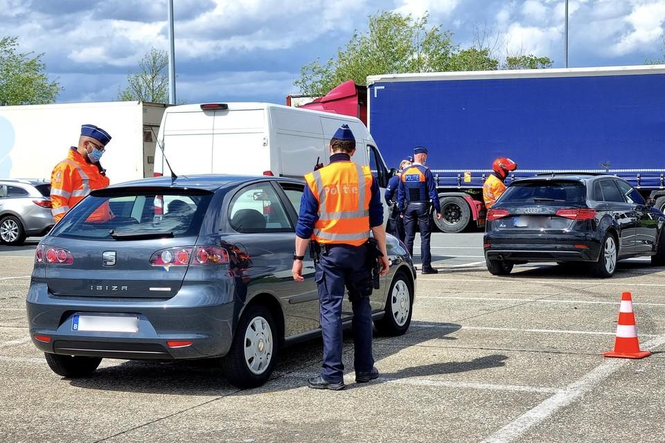 De politie en inspectiediensten controleerden naast het zwaar vervoer ook tal van personenwagens en ging na of ze geen openstaande boetes hadden staan.