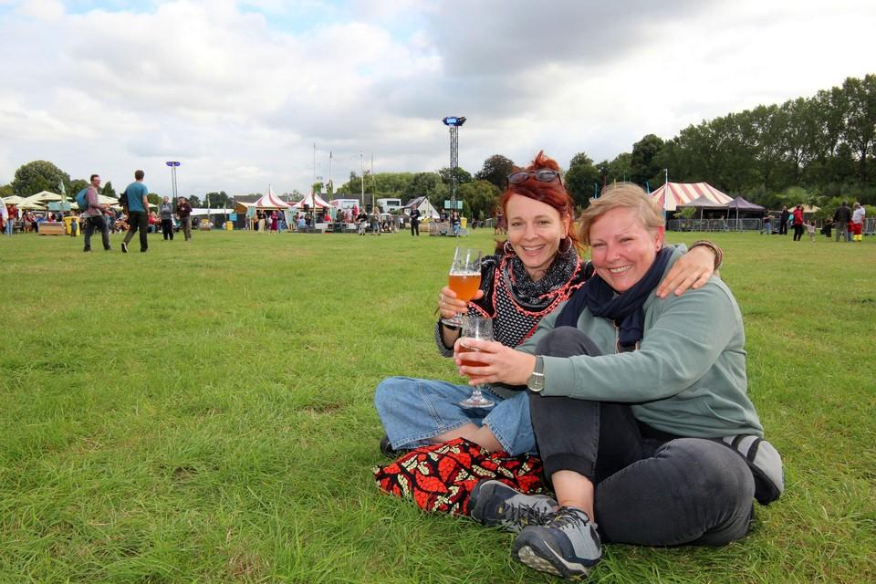 Annemieke en Babs klonken op hun festivalbezoek.
