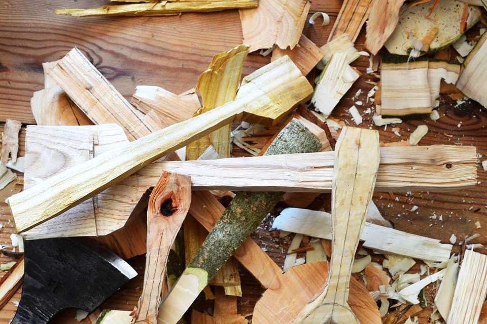 Harald Lamon van het Lepelhuis geeft de workshop in Bautersemhof. Een zelfgesneden houten lepel is even kostbaar als een gouden lepel.