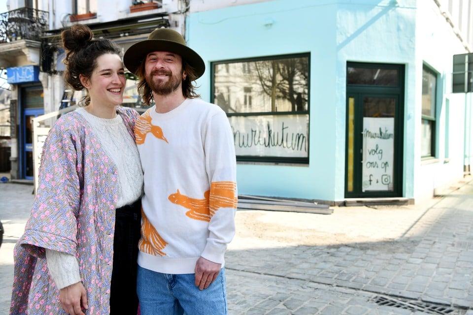 Laura Vanden Noortgate en David Joris met op de achtergrond de nieuwe zaak Murukutum (rechts) en café Zeezicht (links).