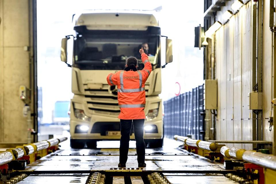Een vrachtwagen in de scanner van de douane in de Waaslandhaven.