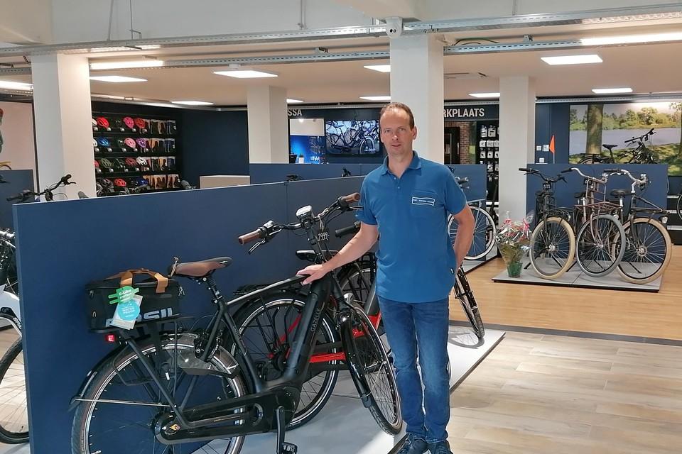 Danny Jacobs heeft in zijn toonzaal een honderdtal fietsen staan.