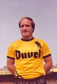 De latere topcoach Dick Advocaat in het Duvel-shirt van Berchem Sport, begin jaren 80.