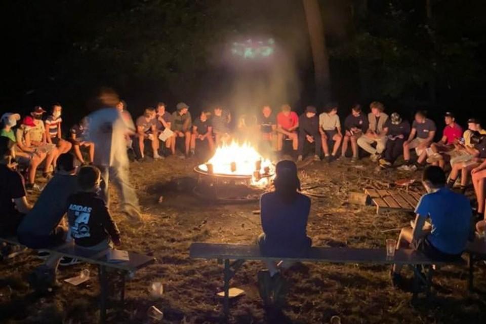 Chiro Kadee uit Appels kon nog wel een kampvuurmoment houden aan het kamphuis Pax in Lille, maar het kamp zelf is al na twee dagen gedaan.