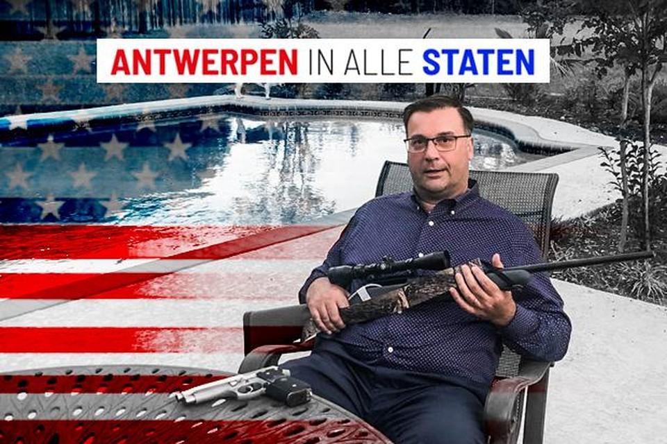 Koen Vermeylen op zijn terras aan zijn riante tuin met zwembad in Midlothian, Texas met twee van zijn schietwapens uit zijn ruime collectie: een groot kaliber met 30-06 munitie en een 9mm-pistool.