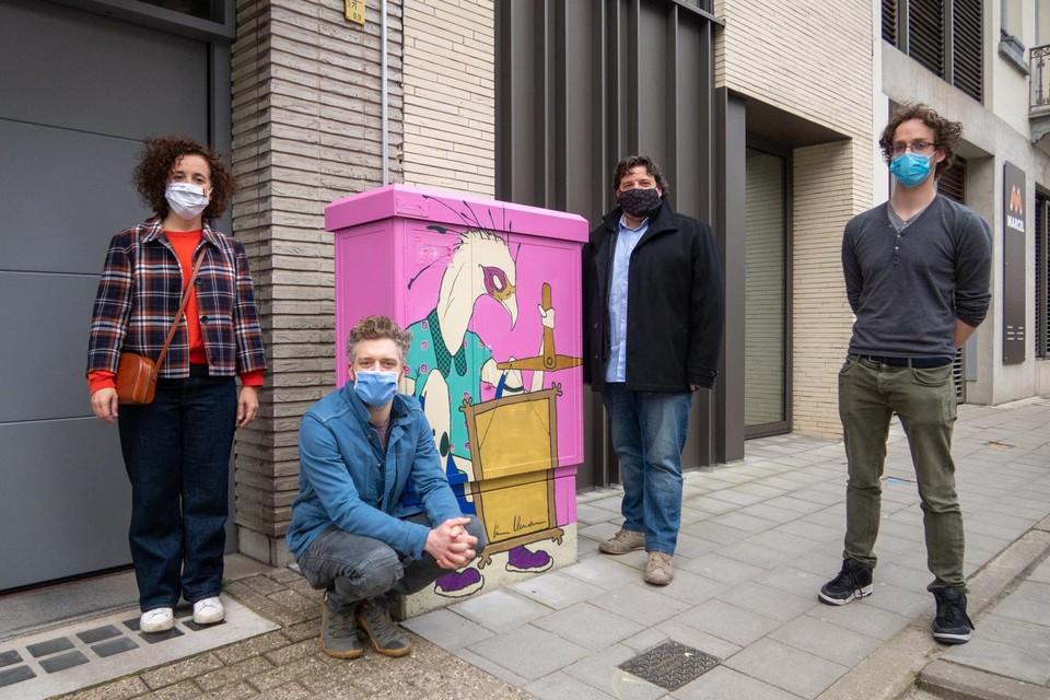 Schepenen Björn Siffer en Gabriella De Francesco en kunstenaars Lieven Hendrickx en Jonas Tuch bij een van de beschilderde kasten.