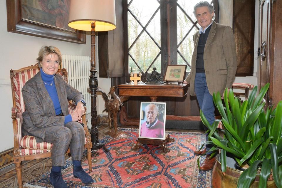 Diane en Roland Le Grelle bij de foto van hun vader in de inkomhal van het kasteel.