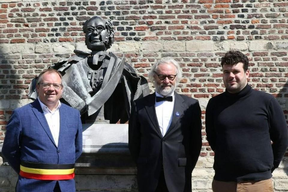 Burgemeester Koen T'Sijen met ondervoorzitter Jean-Pierre Clement en directeur Mattias Devuyst van het Willemsfonds aan het standbeeld.