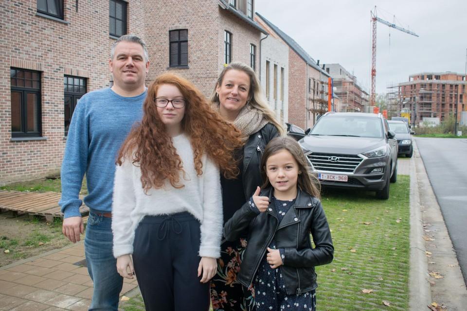 Robby Gauwloos en Pascale Lieckens verhuisden samen met dochters Myrthe en Maïthe van de Guldensporenlaan naar een nieuwbouwwoning in de Kreeftstraat.