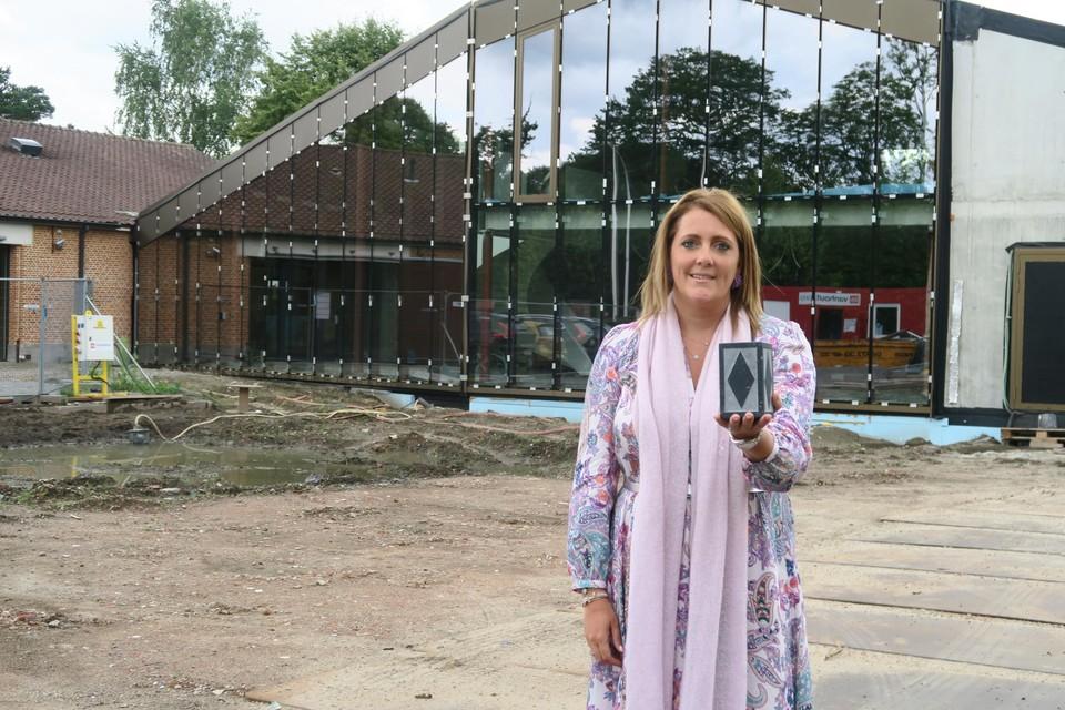 COO Valérie Jonkers met de in 2015 gewonnen erfgoedprijs voor authentieke restauratie van de tiendenschuur.