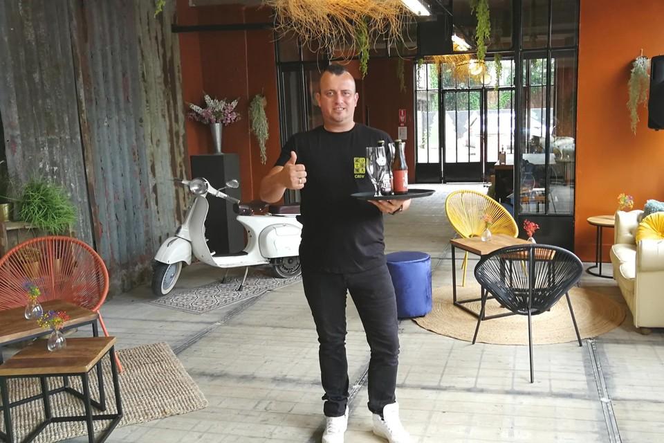 Kurt Van Peer serveert enkele biertjes van Brouwerij Aerts in de opgeknapte horecazaak van het gelijknamige brouwerijcomplex.