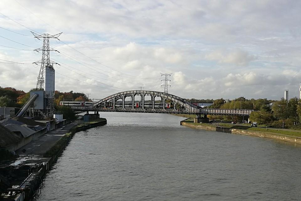 De spoorwegbrug aan de koekjesfabrieken is de laatste in de Kempen die omhoog gaat.