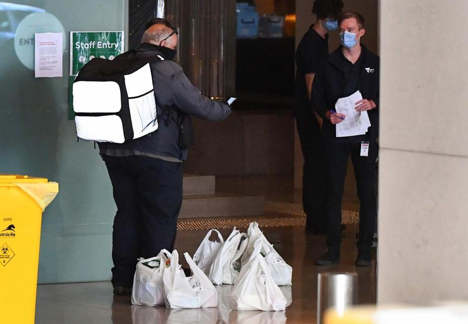 Koeriers leveren maaltijden in het hotel.