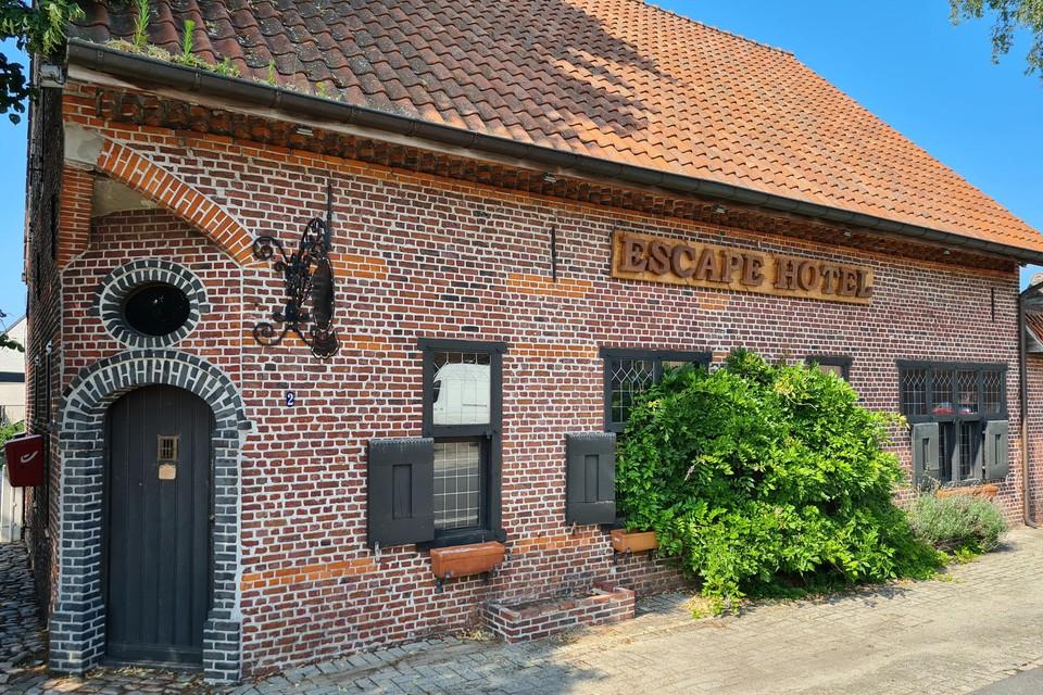 Escaperoom Escape Hotel ligt pal op de hoek van de Molseweg en Kievermont in Geel, zodat je ook achter het pand geraakt.