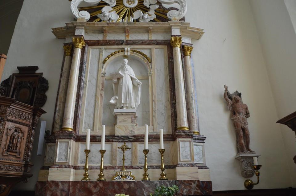 Het mooi gemarmerd altaar dat helemaal gerestaureerd werd. Het lijkt marmer, maar het is hout.