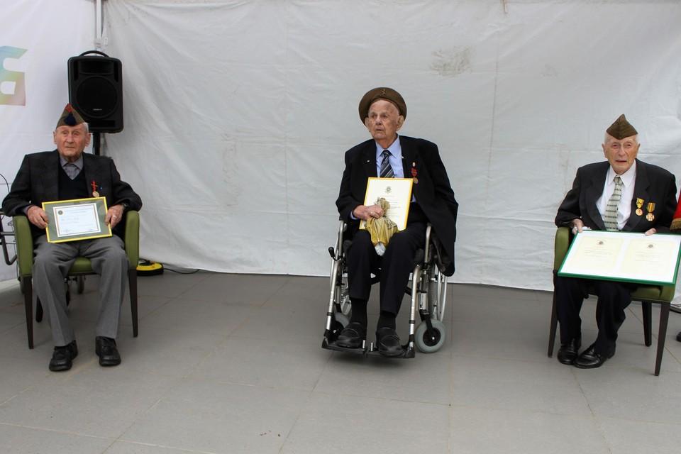 Jos Kets, Victor Dieltjens en Marcel Van den Broeck tonen hun medaille en bijbehorende oorkonde.