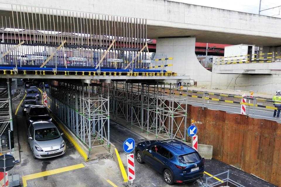 Ter hoogte van de spoorwegbruggen over de Leuvensesteenweg geldt er alternerend verkeer.