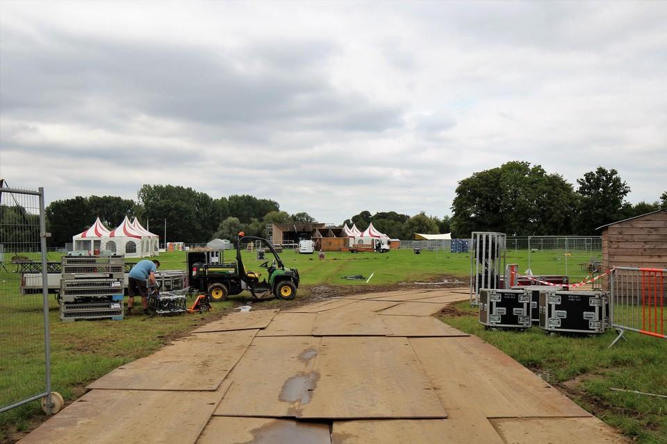 Het festivalterrein is groot genoeg voor enkele duizenden gasten.