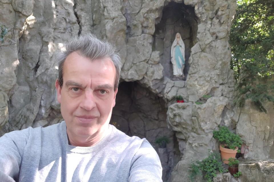 Onze reporter Jan Auman bij de Lourdesgrot met Mariabeeld in het domein van de Zusters Annonciaden.