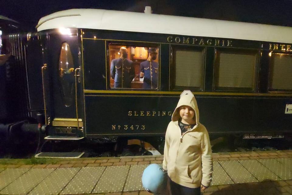 Kleine treinfanaat Mathias (7) uit Essen wachtte dinsdagavond drie uur op de komst van de Orient Express in Essen. Vandaag, donderdag, kan hij weer gaan zwaaien.