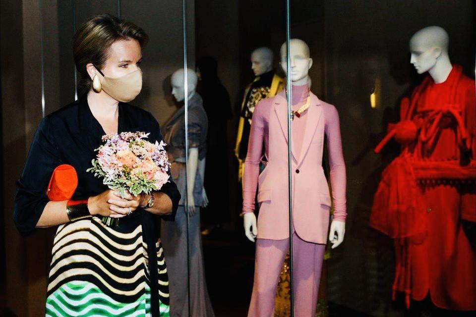 Koningin Mathilde met het Sint-Jobse boeket op de opening van het vernieuwde MoMu in Antwerpen.
