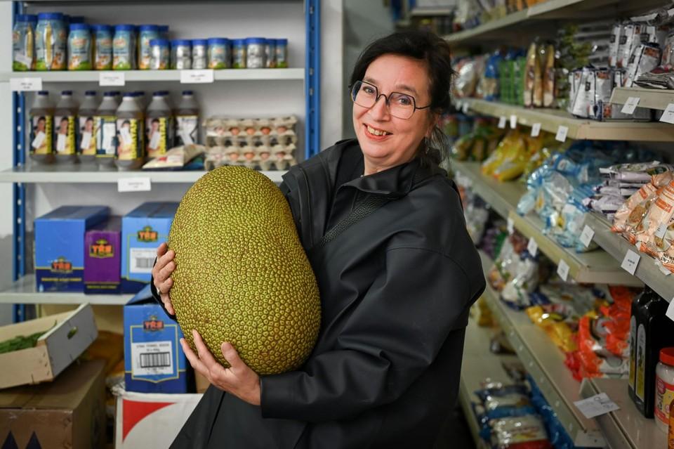 Daphne toont jackfruit in de Indische winkel Euro Asians.