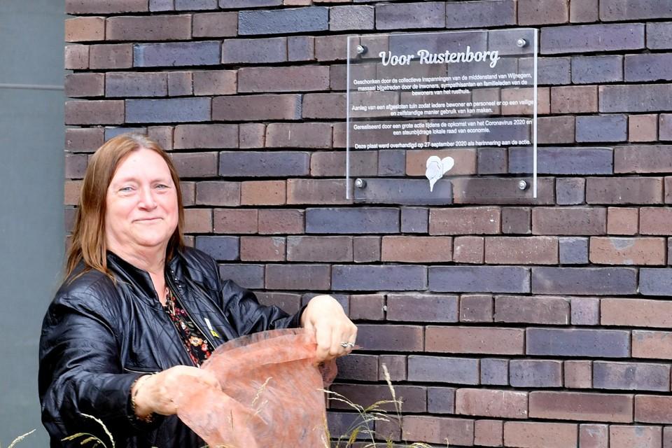Woonzorggroep Voorkempen-voorzitter Lieve Kelders onthult de gedenkplaat aan de succesvolle actie Hart voor Wijnegem bij de nieuwe tuin in woonzorgcentrum Rustenborg.