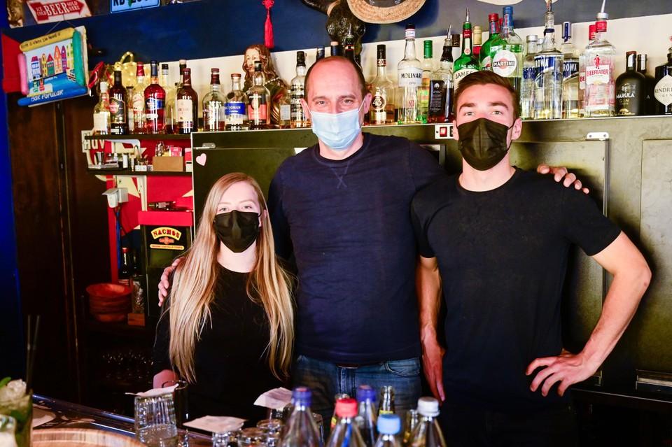 """""""De mensen begonnen zoals verwacht al vroeg op de dag alcohol te drinken en waren in de namiddag al aangeschoten. Maar de algemene sfeer was positief"""", vertelt cafébaas Raf Pauwels van Bar Popular."""