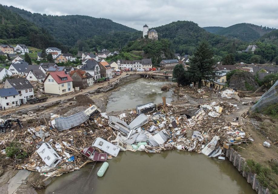 DUITSLAND: Een berg puin is achtergebleven aan een brug over de Ahr in het plaatsje Altenahr.