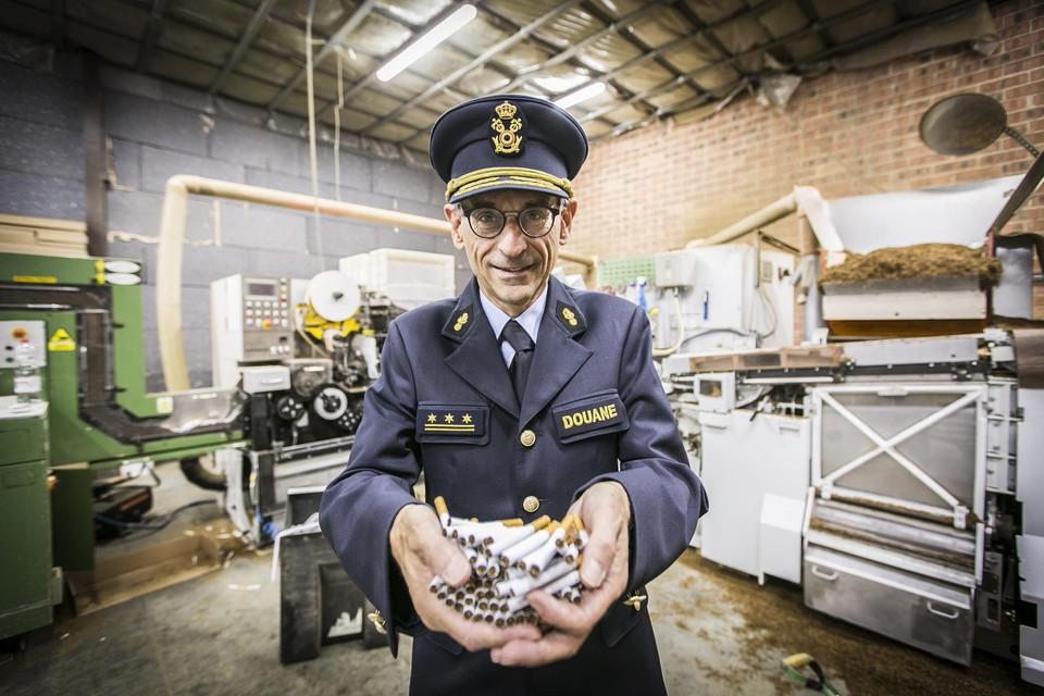 Kristian Vanderwaeren, de grote baas van de douane, in de illegale sigarettenfabriek in Aartselaar.
