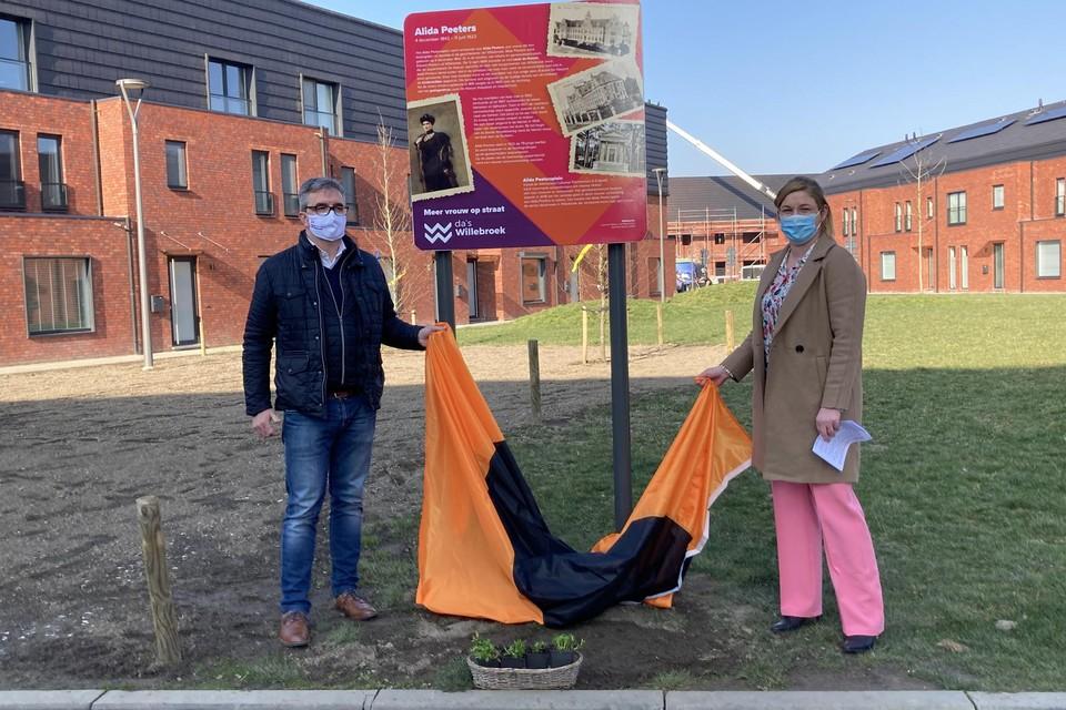 Schepenen Luc Spiessens (N-VA) en Maaike Bradt (CD&V) onthullen het infobord bij de enige vrouwelijke straatnaam in Willebroek: de Alida Peetersplein.