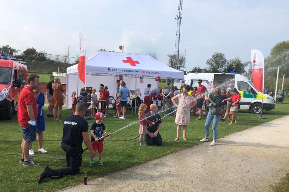 Kinderen mochten op de open dag van de brandweer in Vosselaar zelf ook eens blussen.