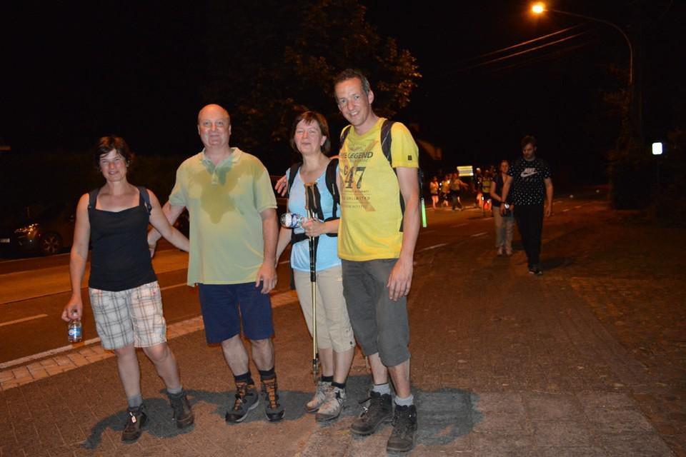 Deelnemers aan een eerdere editie van de Nacht van de Maan tijdens de passage in Pulle.
