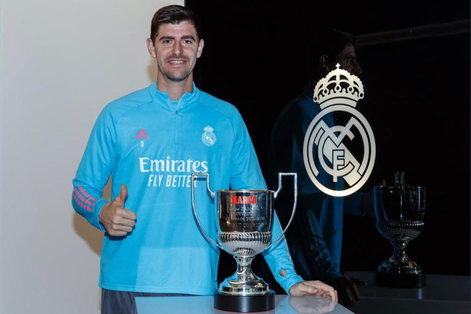 Thibaut Courtois met zijn nieuwe trofee.