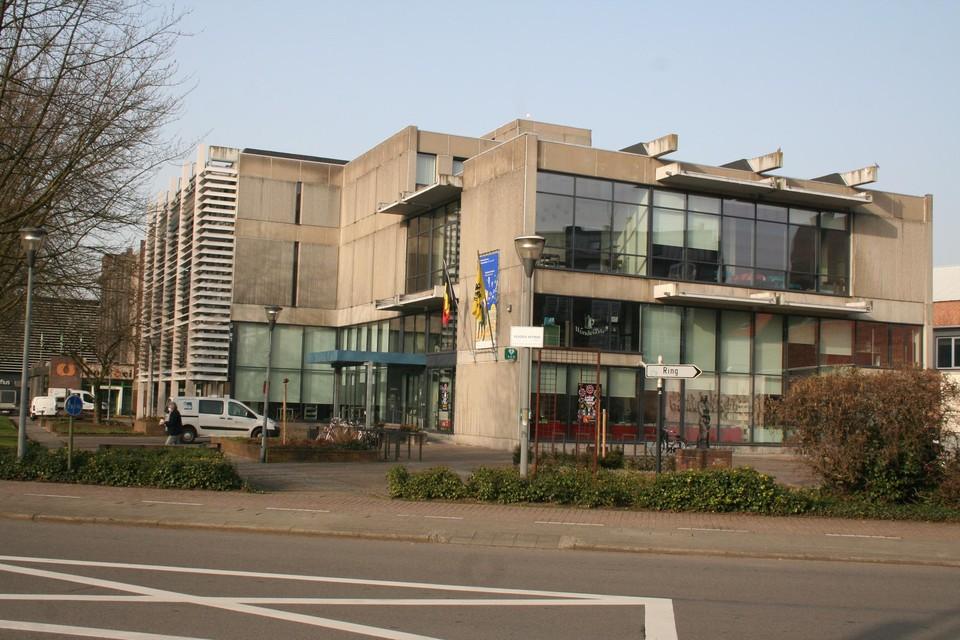 De huidige bibliotheek zal afgebroken worden en er zou een nieuwe supermarkt in de plaats komen.