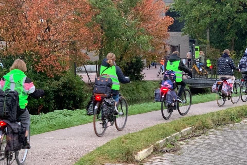 De scholen willen leerlingen stimuleren om hun fluohesje te dragen op de fiets.