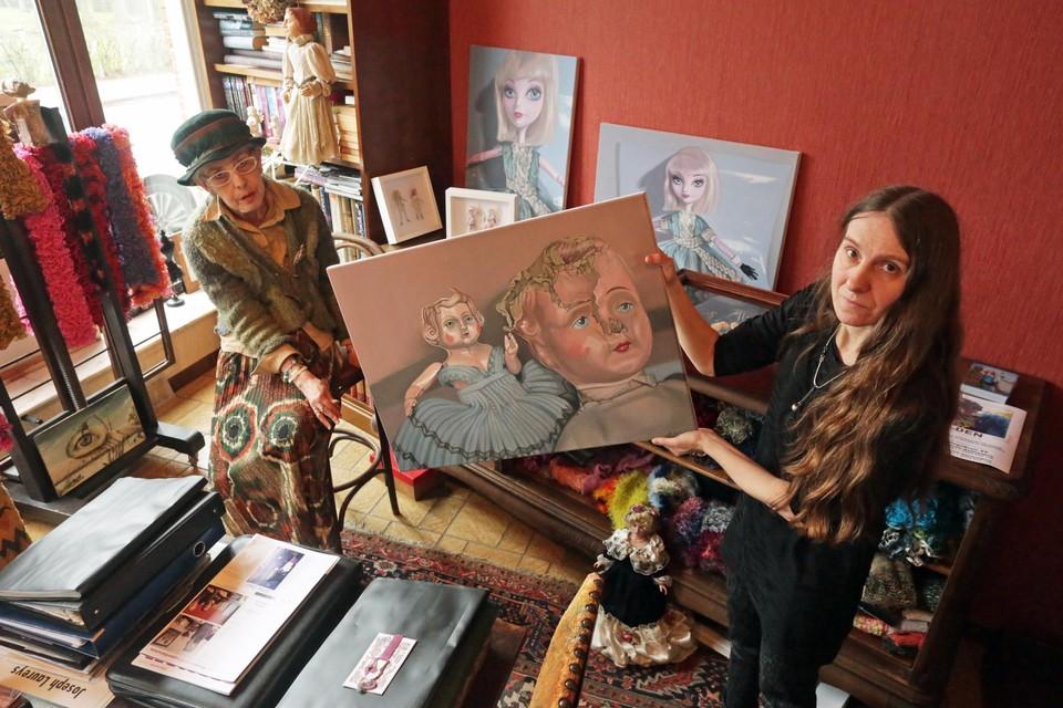 Annick Collet (rechts) is een van de eerste kunstenaressen die tentoonstelt in Galerie Walden. Links galeriehoudster Renée Van Hekken.