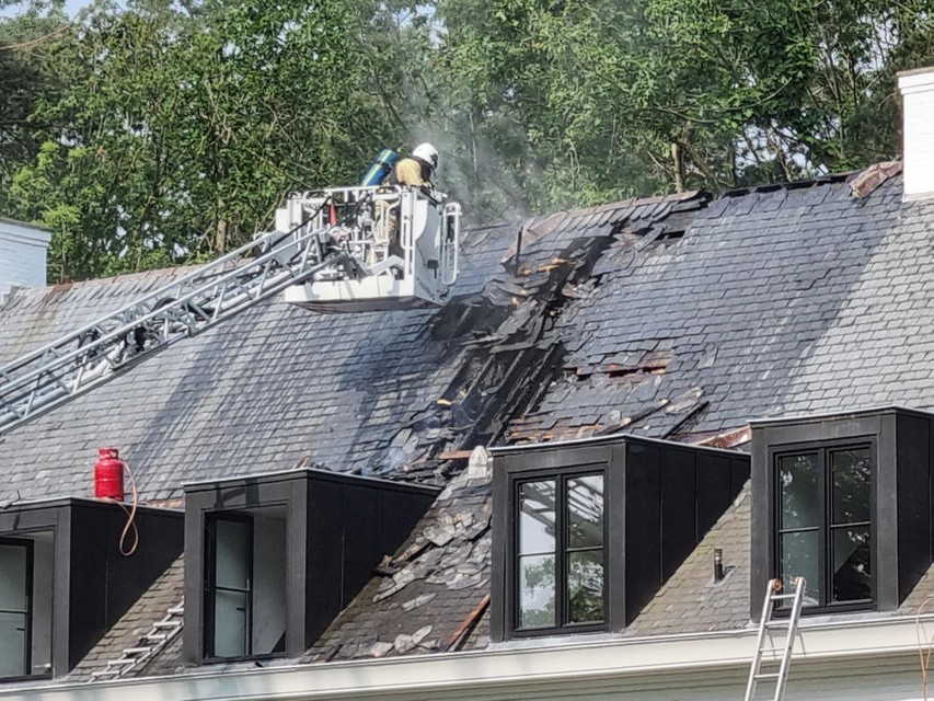 Brandweermannen moesten het dak nog een stuk openbreken om zeker te zijn dat alle vlammen waren gedoofd.