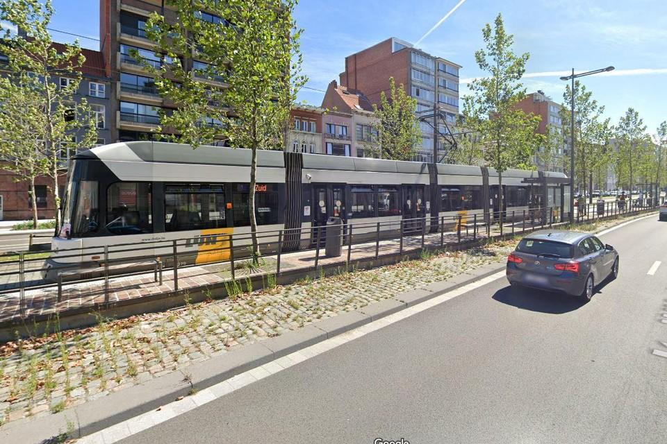 Op het moment dat de fietser de tramsporen wou oversteken op de Italiëlei kwam er een tram aangereden.