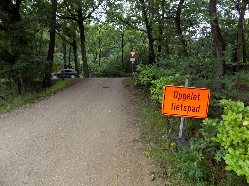 Het steile weggetje van de Bekenbaan richting de Herentalsesteenweg wordt deels verhard.