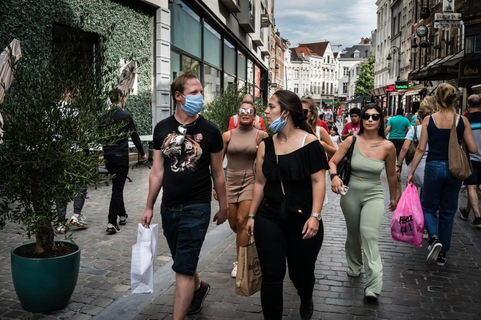 Ondanks de verplichting shoppen velen in de Brusselse voetgangerszone zonder mondmasker op.