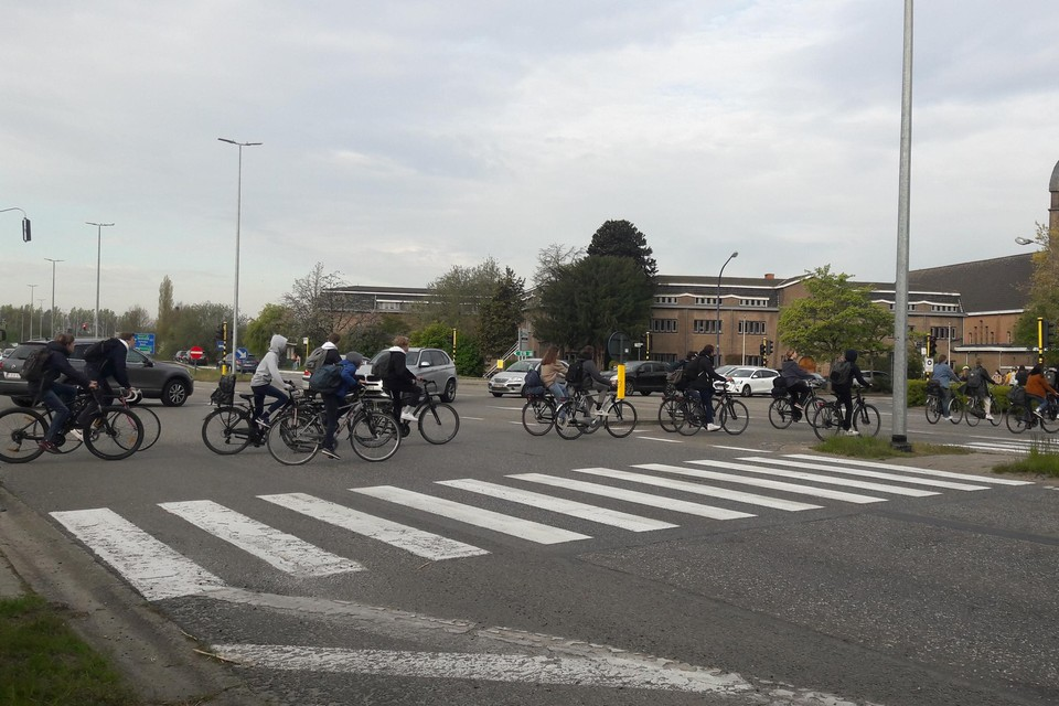 Dagelijks moeten honderden scholieren het kruispunt Drabstraat-N171 kruisen. Omdat het in grote drommen tegelijk is, leidt dit aan de overkant soms tot opstoppingen en is er te weinig plaats.
