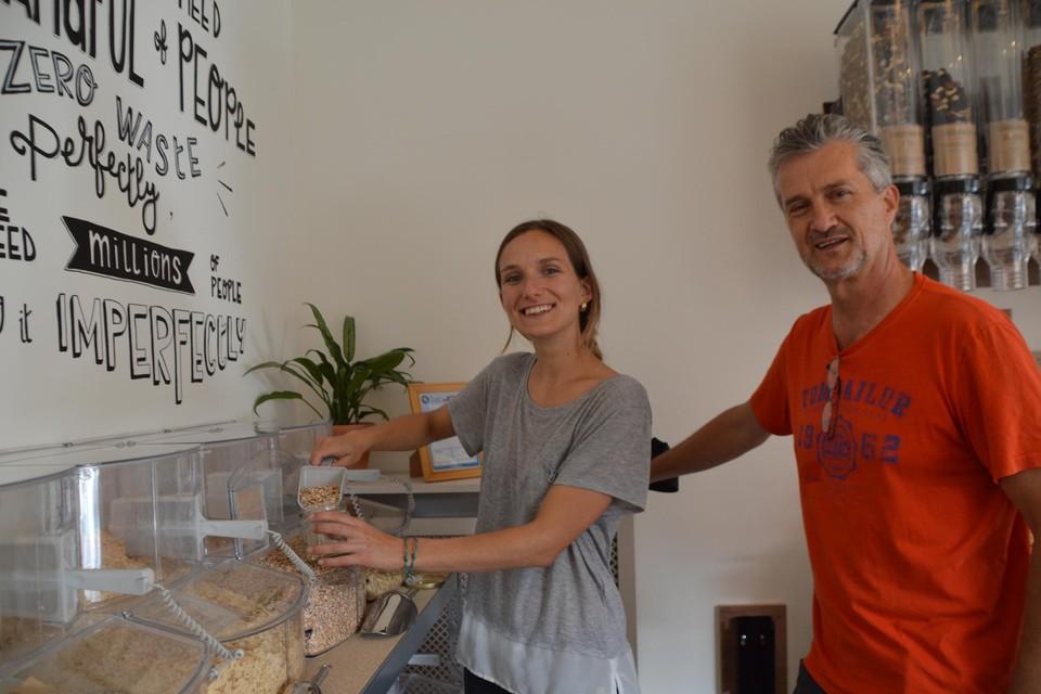 Axelle Defossez en haar vader Dominique. Zero waste, daar draait het hier om.