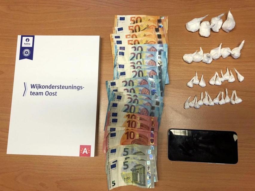 WOT Oost nam 450 euro en dertig gebruikshoeveelheden cocaïne in beslag.