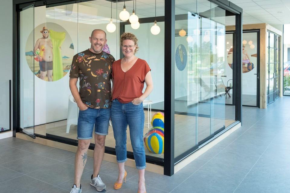 Peter Van Bouwel en Ruth Renders van Pglas in Tielen staan in hun gloednieuwe toonzaal voor glazen schuifwanden en balustrades. De vraag naar deze buitentoepassingen is tijdens de coronacrisis fors gestegen.