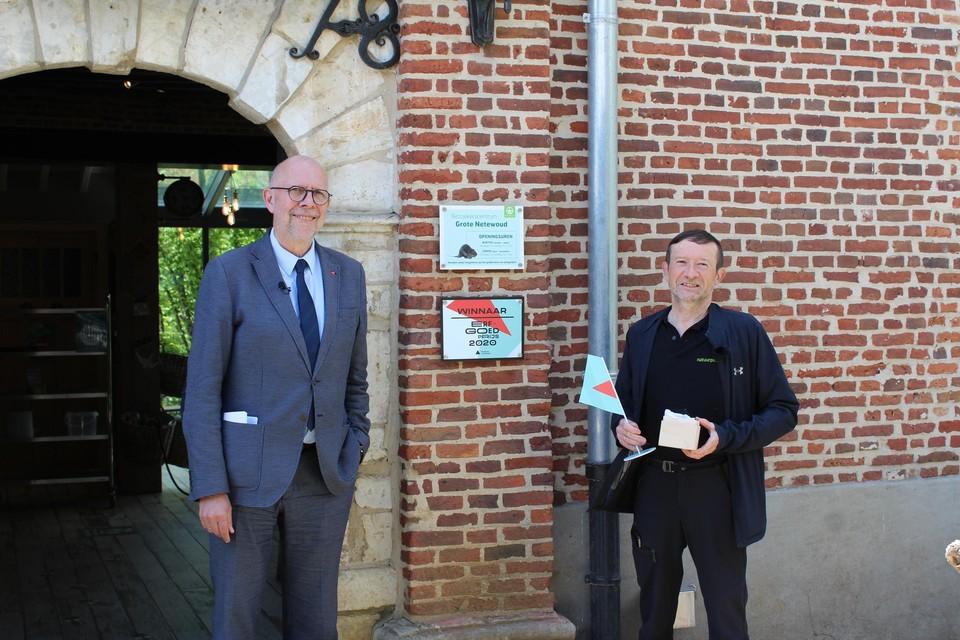 Marc Verachtert van Natuurpunt ontvangt de prijs uit handen van gedeputeerde Luk Lemmens.